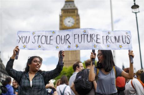 Ihr-habt-uns-unsere-Zukunft-gestohlen-Junge-Briten-342469h