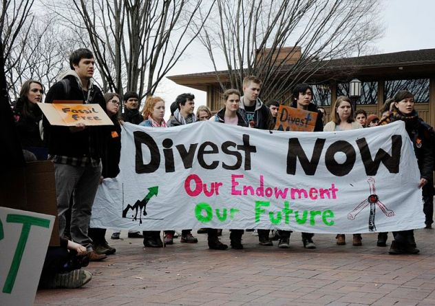 800px-Fossil_Fuel_Divestment_Student_Protest_at_Tufts_University